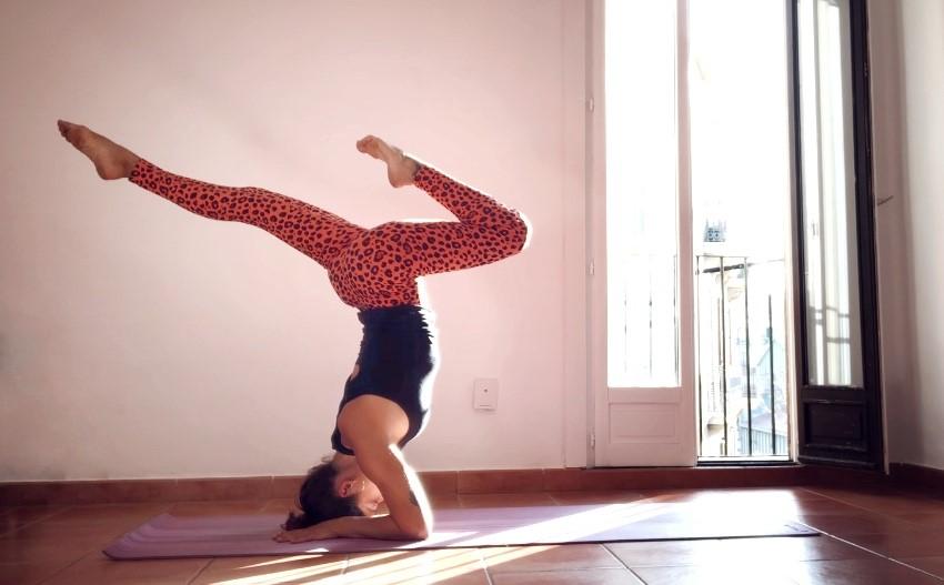 Es una práctica divertida, alegre y dinámica de yoga, abierta a todos los niveles, donde pondremos énfasis en la importancia de tener una columna y unas caderas flexibles, fluyendo progresivamente hacia unas asanas más profundas, obteniendo beneficios a nivel físico, emocional, energético y mental.